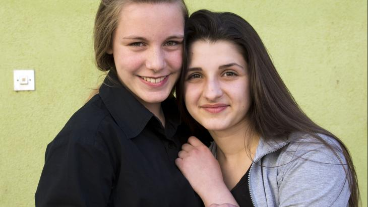 ALIJA (14) en DAJANA (14) uit Bosnië en Herzegovina kennen elkaar al sinds hun achtste.
