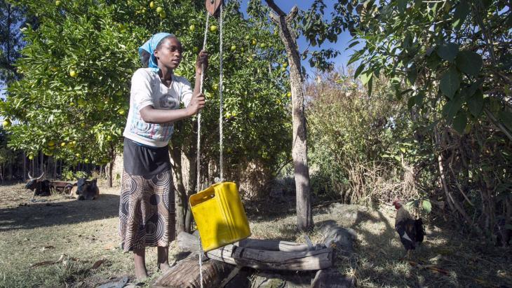 Als Saouda niet naar school gaat, haalt ze water.