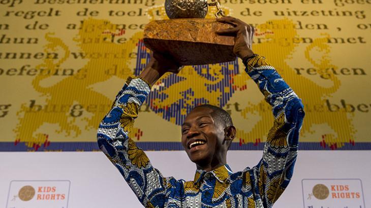 Abraham Keita uit Liberia wint de Kindervredesprijs 2015.