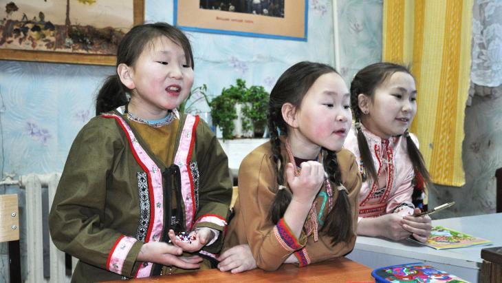 Op school krijgen de leerlingen les in het Russisch, maar ze leren ook Joekagiers.