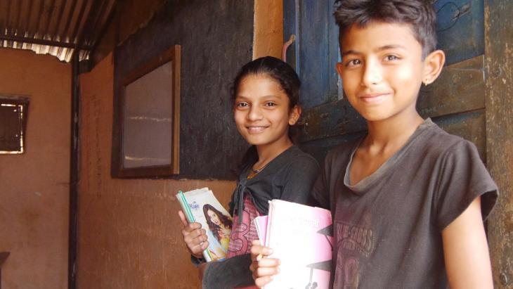 Een aardbeving in Nepal verwoestte de vorige school van Sadiksha en Kapil. Nu hebben ze een nieuw lokaal.