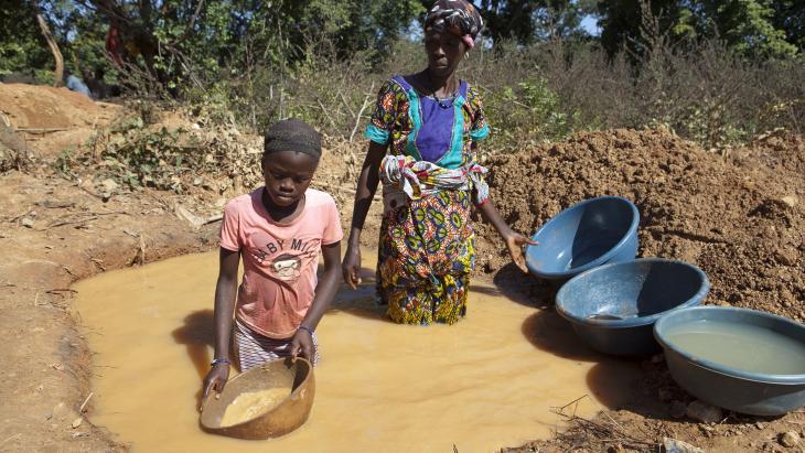 In deze goudmijn in Mali helpen kinderen zoals Ntekouma met goud zoeken.