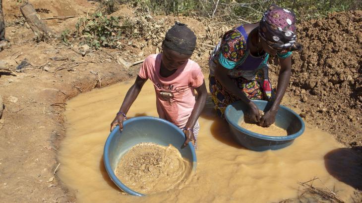 De hele dag in een waterpoel zware bakken met zand en water filteren is zwaar en ongezond werk.