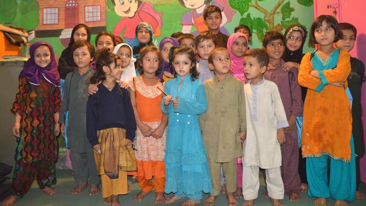 In een sloppenwijk van een stad in Pakistan is een speciale school opgericht.