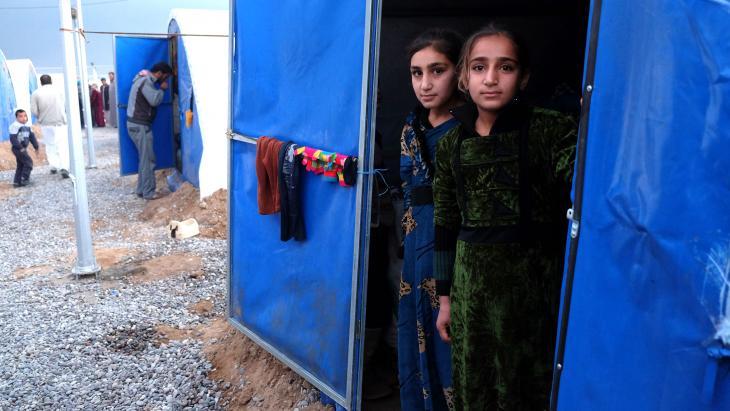 De zusjes Maha en Samahar wonen nu in een tentenkamp voor vluchtelingen in Irak.