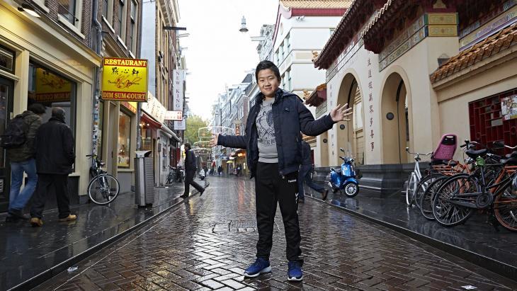 De ouders van Dani hebben een Chinees restaurant op de Zeedijk in Amsterdam.