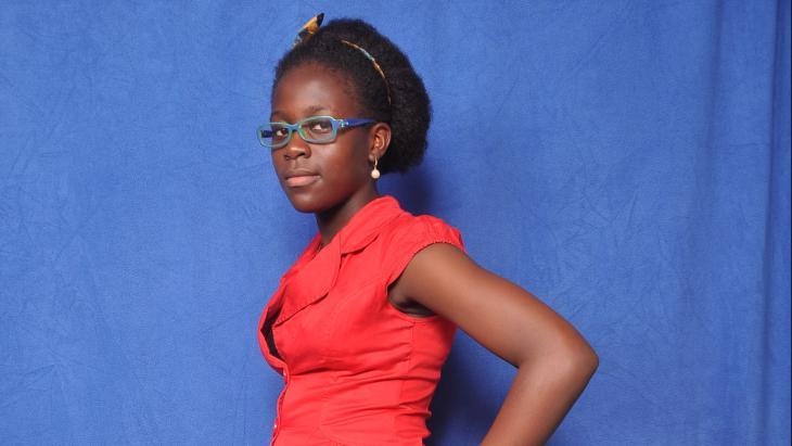Divina uit Kameroen wil dat hun president meer in het land is.