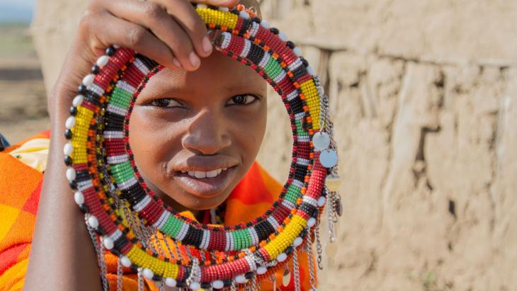 Timanto doet haar sieraden alleen af als ze naar school gaat.