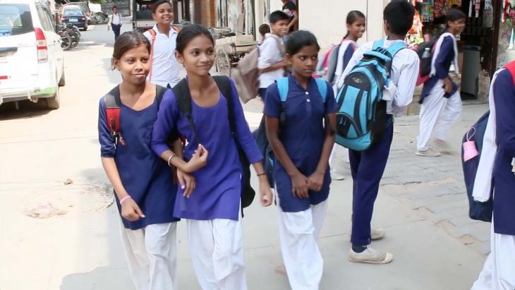 Preeti loopt altijd van school naar huis.