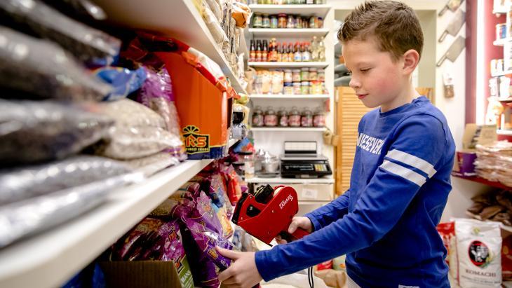 Soms helpt Tom (11) in de winkel met dozen uitpakken, kroepoek bakken of producten prijzen.