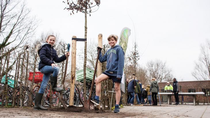 De school van Florine en Finn in Naarden deed mee aan Boomfeestdag.